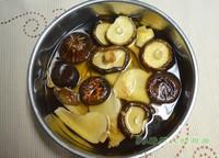 黑豬蹄膀菌菇湯的做法圖解1