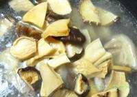 黑豬蹄膀菌菇湯的做法圖解5