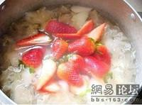 草莓銀耳雪梨甜湯的做法圖解3