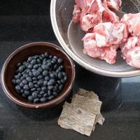 杜仲黑豆排骨湯的做法圖解1