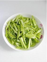 芹菜豆乾炒魷魚須的做法圖解2