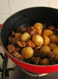 土豆仔燜肘子的做法圖解8