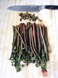 蒜泥拌蕨菜的做法圖解2