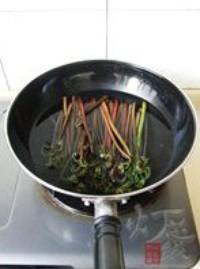 蒜泥拌蕨菜的做法圖解3