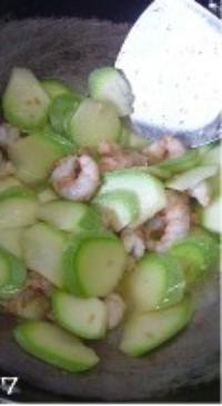 西葫蘆炒蝦仁的做法圖解7