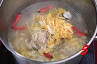 酸菜大骨頭湯的做法圖解5