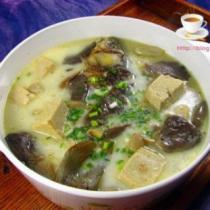 豆腐蘑菇燉鯽魚