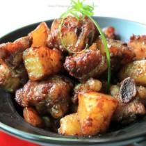 土豆燜排骨的做法