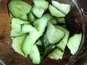 黃瓜拌皮蛋的做法圖解2