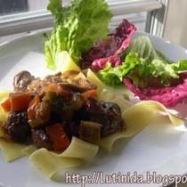 紅酒燉野豬肉配寬麵條