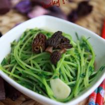 羊肚菌濃湯煨豆苗的做法