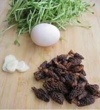 羊肚菌濃湯煨豆苗的做法圖解1