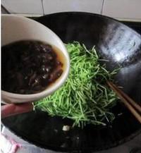 羊肚菌濃湯煨豆苗的做法圖解3