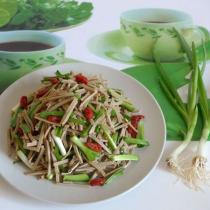 青蒜苗拌黑豆腐絲的做法