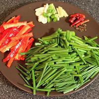 韭菜花炒臘肉的做法圖解2